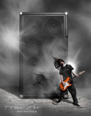 kitaristi soittaa jättivahvistimen edessä oranssia sähkökitaraa, kuvamanipulaatio. kitaristin tukka liehuu, kun hän soittaa sähkökitaraa Twidin markkinointikuvassa.