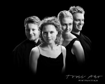Meta4 kamariorkesterin muotokuva. Meta4 kokoonpano on vaihtunut jo kuvaushetkestä, mutta mukana ovat edelleen perustajajäsenet viulisti Minna Pensola, Antti Tikkanen ja Tomas Djupsjöbacka.