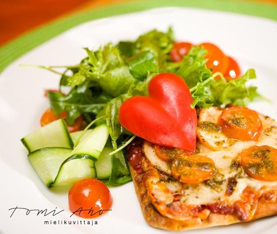 ruokaa lautasella, paprikasta on muotoiltu sydän. Pågenin leipää on tuunattu monilla lisukkeilla.