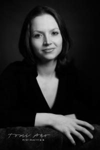 viulisti Anna Sairanen. viulisti Anna Sairanen mustavalkoisessa muotokuvassa. Sormet näkyvät kuvassa erityisen selvästi.