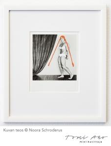 jäljennöskuvaus Noora Schroderuksen taideteoksesta. Schroderuksen teoksessa on Arnold schwarzenegger, jolla on oranssi hiukset kahdella pitkällä letillä. Kuvan toisessa reunassa on lattialle laskostuva verho. Kuvattu Gösta museossa Nooran näyttelykuvauksen yhteydessä.