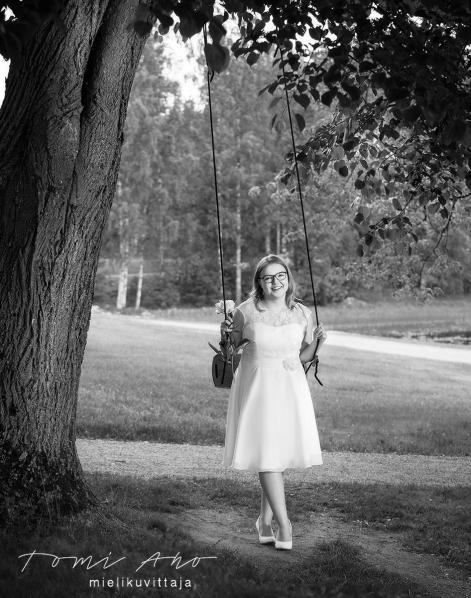 Tyttö keinussa, rippikuvaus ulkomiljöössä © Studio Tomi Aho