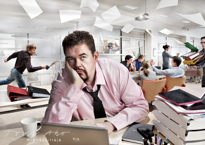 turhautunut toimistotyöläinen nojaa käteensä. taustalla olevan miehen kahvi lentää mukista, paperiarkit leijailevat ilmassa, toisen miehen mappipino kaatuu sylistä, nainen piirtää fläppitaululle ja pöydän ympärillä pidetään palaveria.